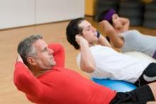 Trois personnes travaillant leurs muscles abdominaux