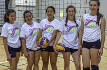 Groupe de joueuses de volleyball au camp, posant pour la caméra.